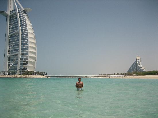 Jumeirah Mina A'Salam: Il mare con sullo sfondo Burj Al Arab e Jumeirah Beach Hotel