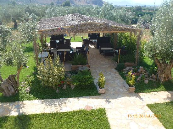 Agroktima Elia: outdoor dining area