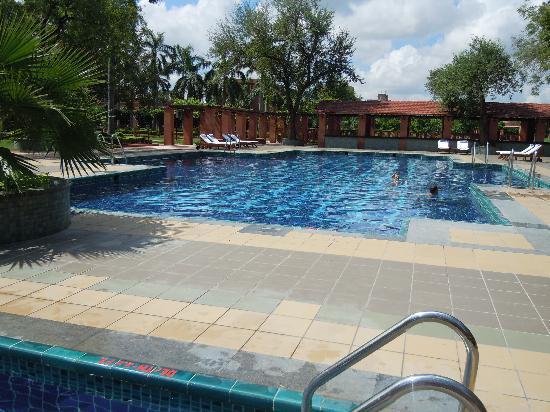 เจย์พีพาเลซ โฮเต็ล & คอนเวนท์ชั่นเซ็นเตอร์ อักกรา: swimming pool in jaypee palace agra