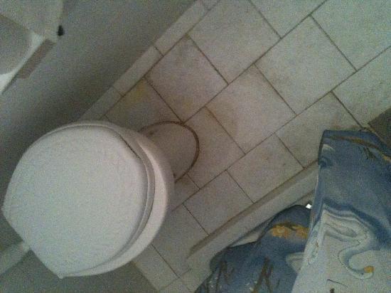 Zouboulia Apartments: toilet leaking and seat broken....