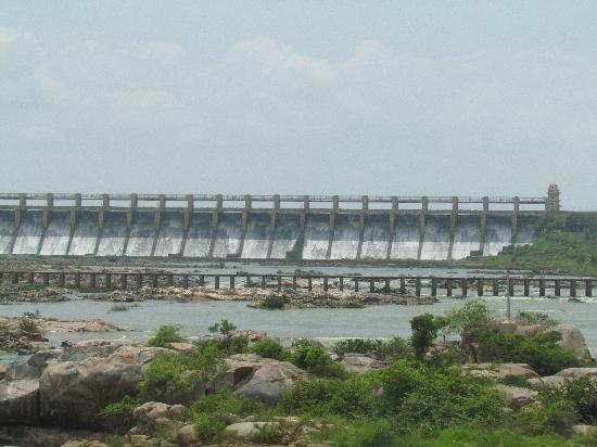Hospet, India: 32 gates of the dam