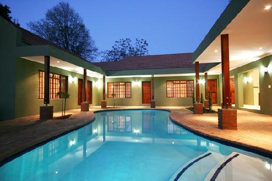 Blackheath Manor Guest House: Rooms around heated pool