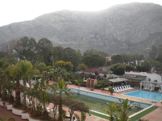 Saracen Resort Beach & Congress Hotel: coprire la piscina???? bah