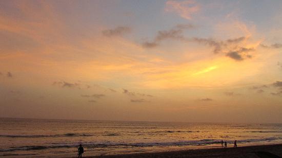 Legong Keraton Beach Hotel: sunset from the hotel gardens