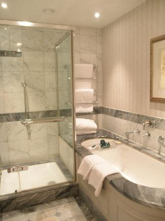 Hotel Kamp: Bathroom in upgraded room
