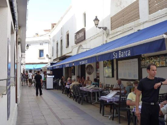 Sa Barca: Outside eating in the alley leading to the beach