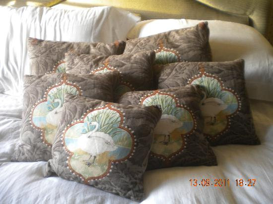 The White Swan Inn: lots of cushions
