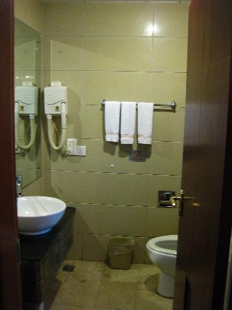 Poem City Hotel: bathroom interior