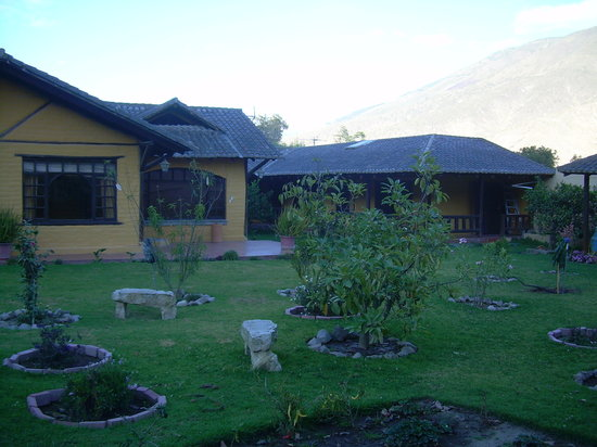 Quito Hotel Bonanza: Beautiful grounds with flowers, and mountains in the background