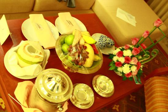 Royal Wing Suites & Spa: Fruits, chocolate and flowers