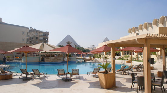 Le Meridien Pyramids Hotel & Spa: Pool bar and view