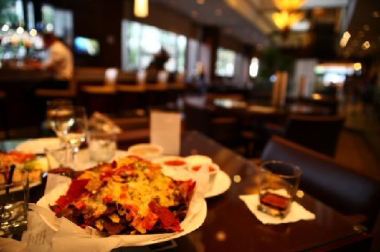 Delta Hotels Calgary Downtown: Well sized portion of Nachos with cheese underneath as well as on top.