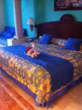 Luxury Bahia Principe Akumal: Amazing towel art.