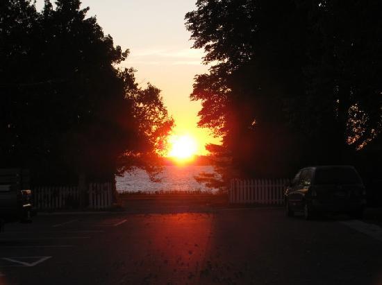 Beachfront Inn: Sunrise over the lake