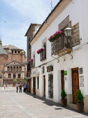 Hotel La Morada de Juan de Vargas: FACHADA, CON LA IGLESIA DE SAN ANDRÉS Y LA PLAZA MAYOR