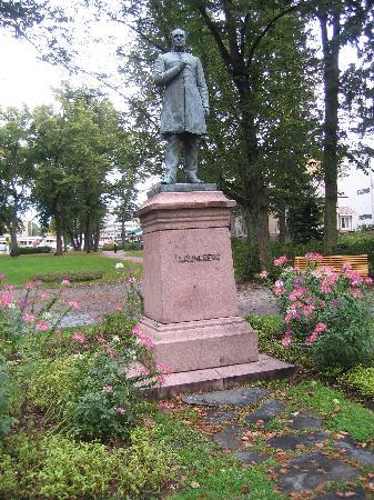 The Runeberg Home: Runeberg monument