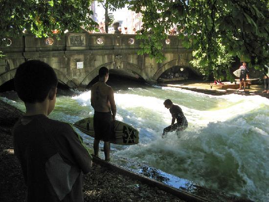 อิงลิชการ์เดน: Watching locals surf the man-made waves