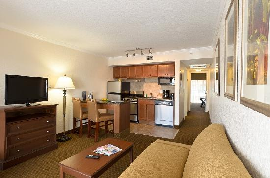 Coconut Cove All Suite Hotel: Deluxe 1 Bedroom Suite Living and Kitchen Area
