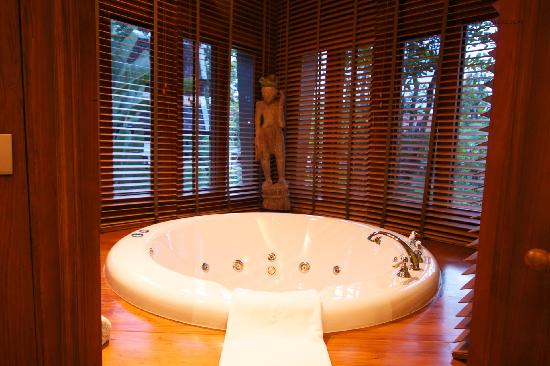 The Dhara Dhevi Chiang Mai: Master bathroom Jacuzzi tub