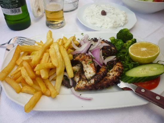 Geraniotis Beach Hotel: Blekksprut - mmmmm.