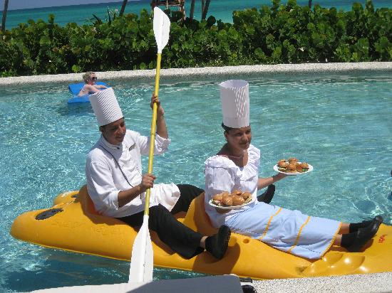 Secrets Maroma Beach Riviera Cancun: Serving food in the pool