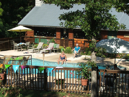 Pine Lodge Resort : Clubhouse and pool