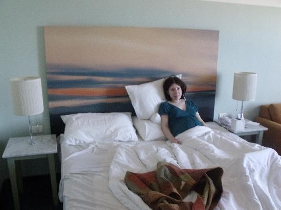 Hotel Prima Tel-Aviv: Me lying in bed (I was 5 months pregnant)