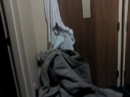Comfort Inn Civic Center: Piled blankets blocking door gap.