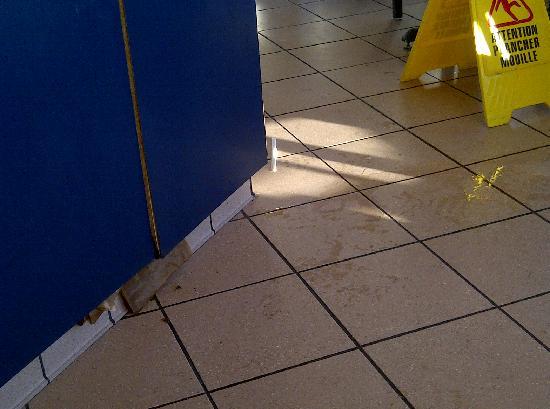 KFC : Pop machine leaking - mold on door