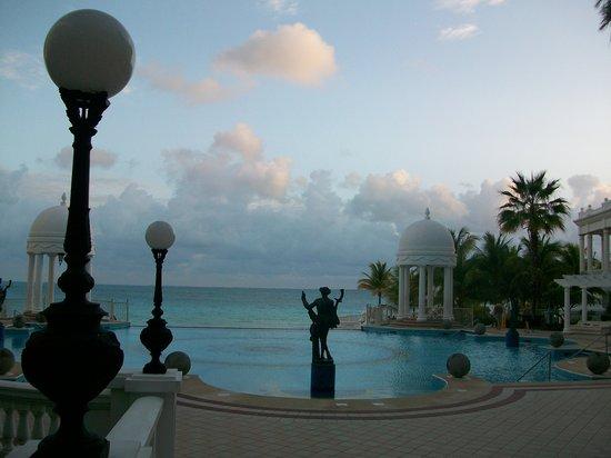 Hotel Riu Palace Las Americas: Pool just outside main lobby