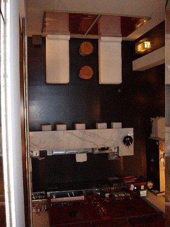 โรงแรมพุลลิทเซอร์: View down to the bar from the glass lift