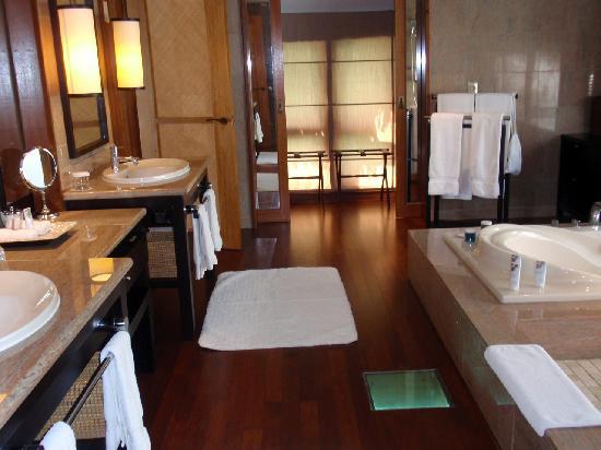 Huge bathrooms picture of the st regis bora bora resort for Pictures of big bathrooms