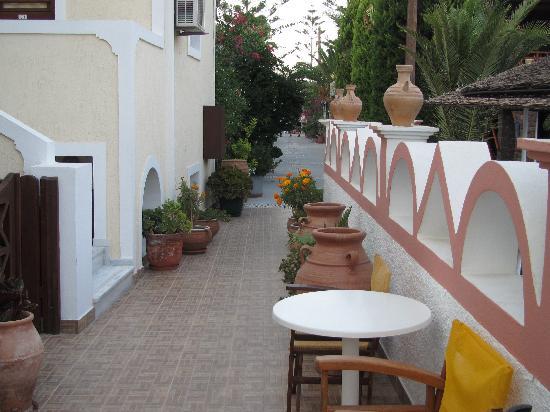 Polydefkis Apartments: Gångväg mellan lägenhetrna