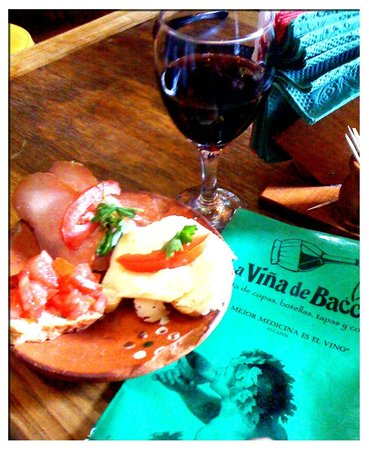 La Vina de Bacco: Excellent house wine with tapas made with local hams and cheeses