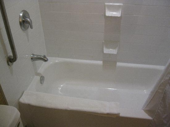 هوليداي إن اكسبرس هوتل آند سويتس: nice clean tub