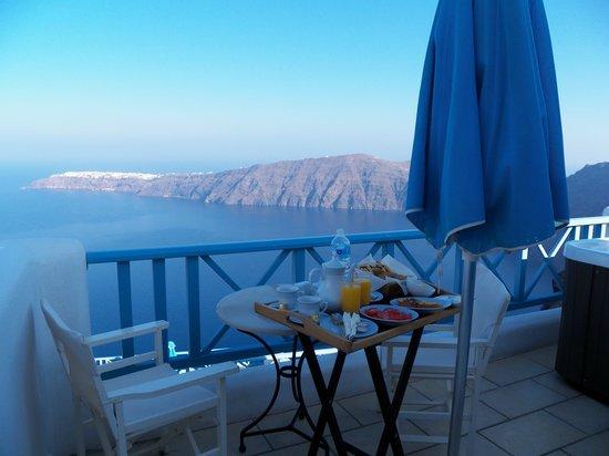 Absolute Bliss Imerovigli Suites: Breakfast on balcony