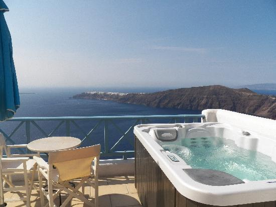Absolute Bliss Imerovigli Suites: Private Balcony with Jacuzzi
