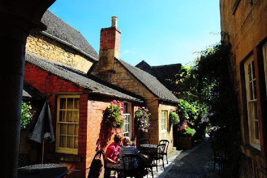 Lygon Arms Hotel: Laneway leading to courtyard rooms