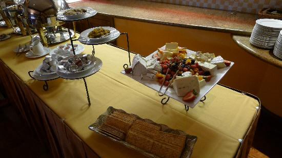 The Commons at The Meritage Resort and Spa: Nice fresh fruit and cheeses for breakfast - buffett