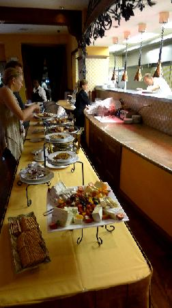 Siena at The Meritage Resort and Spa: The buffet line