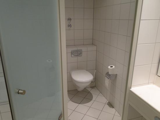 Wyndham Garden Lahnstein Koblenz: suite bathroom