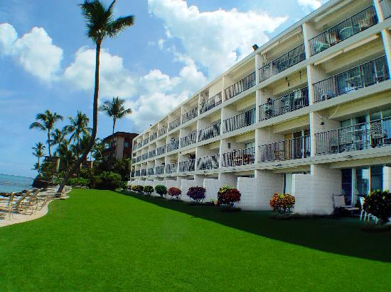 Kaleialoha Condominiums: Lush Front Lawn and Direct Ocean Front Property!