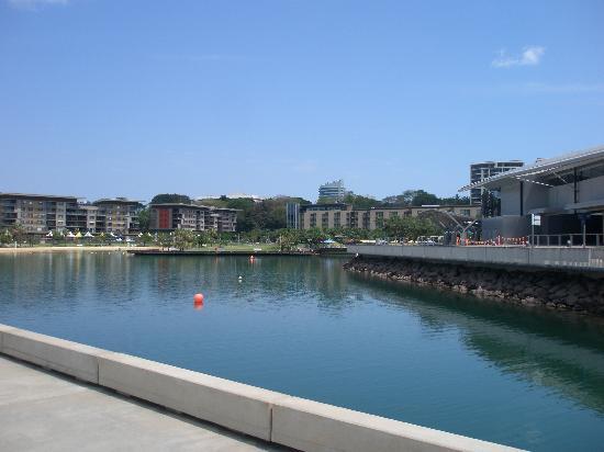 โรงแรมไวบ์ ดาร์วิน วอเตอร์ฟร้อนท์: Looking from waterfront back at hotel