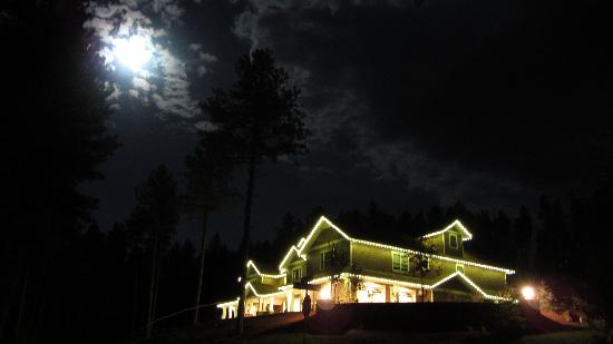 Summer Creek Inn: Evening View from the Road