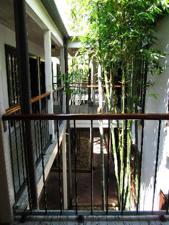 Prytania Park: Path to the rooms on the second level with views of the interior garden
