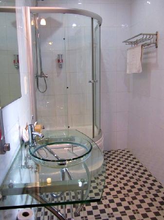 โรงแรมคูลาบาห์: Shower/Sink