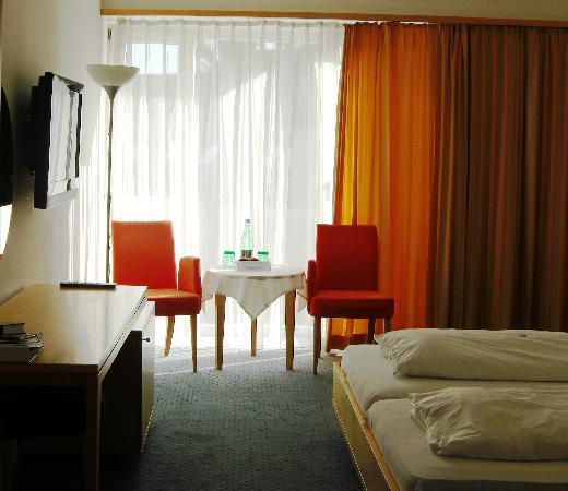 Hotel & Gasthof Klinglhuber: View upon entrance to room