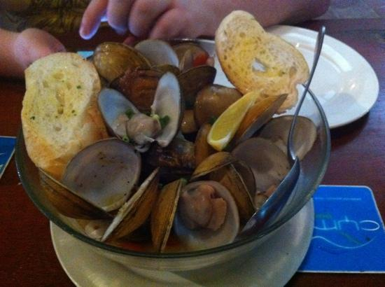 Cyma: clams in garlic sauce with garlic bread