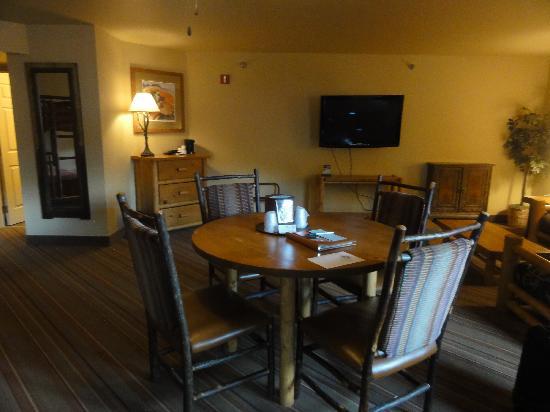 Denali Princess Wilderness Lodge: Table & Chairs