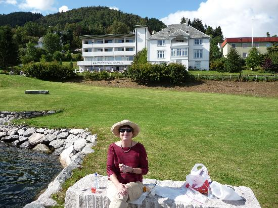 Balestrand Hotel: eating lunch on the Hotel Balestrand lawn